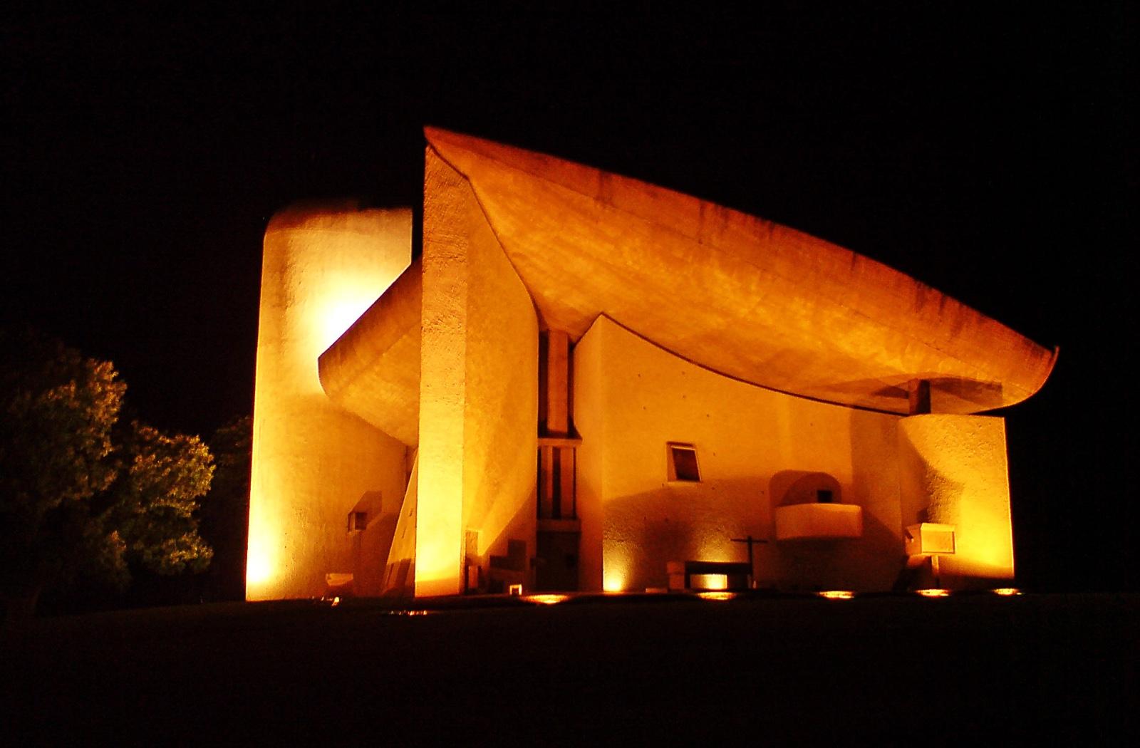 前几天在里昂西北部大约30公里的小镇Eveux,看到了著名建筑师勒柯布西耶设计的拉图雷特修道院(Couvent Sainte-Marie de La Tourette),的确是颠覆了传统的视觉感官,也深深的折服于大师的几何学造诣。  那这是一所怎样的修道院呢?这又是一个怎样的现代建筑的大成之作?关于柯布西耶设计到的方方面面太多,享法妹今天就从这个修道院说起吧。  这个修道院开始设计于1953年,开工于1956年,隶属于多米内克派管区修道院总会,由近百个修道士房间、图书室、餐厅和圣堂等构成。说它是大成之作,
